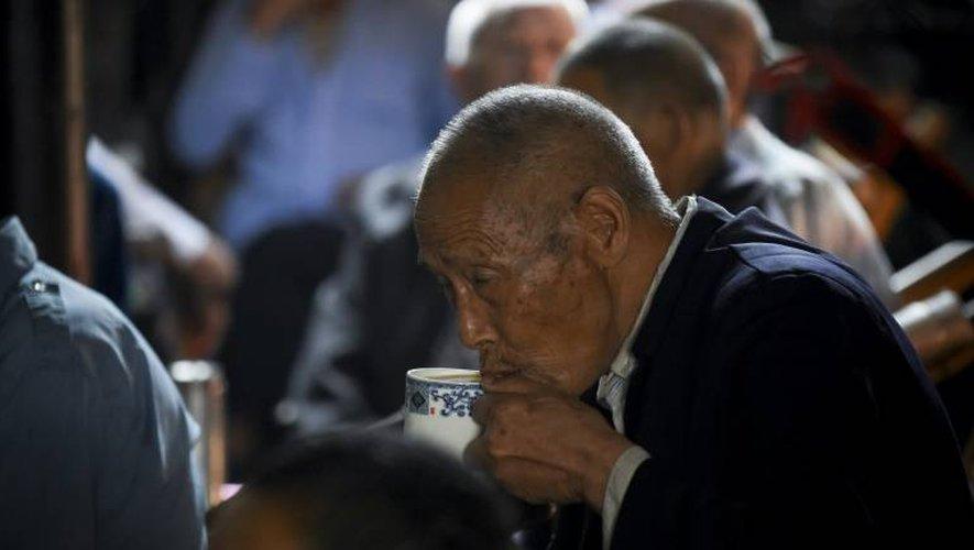 Un client déguste son thé dans la célèbre maison de thé de Chengdu, le 11 septembre 2016