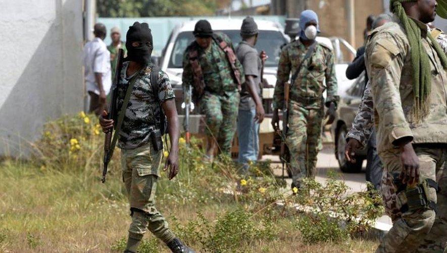 Des militaires impliqués dans la mutinerie de Bouaké, le 7 janvier 2017 devant la résidence du sous-préfet