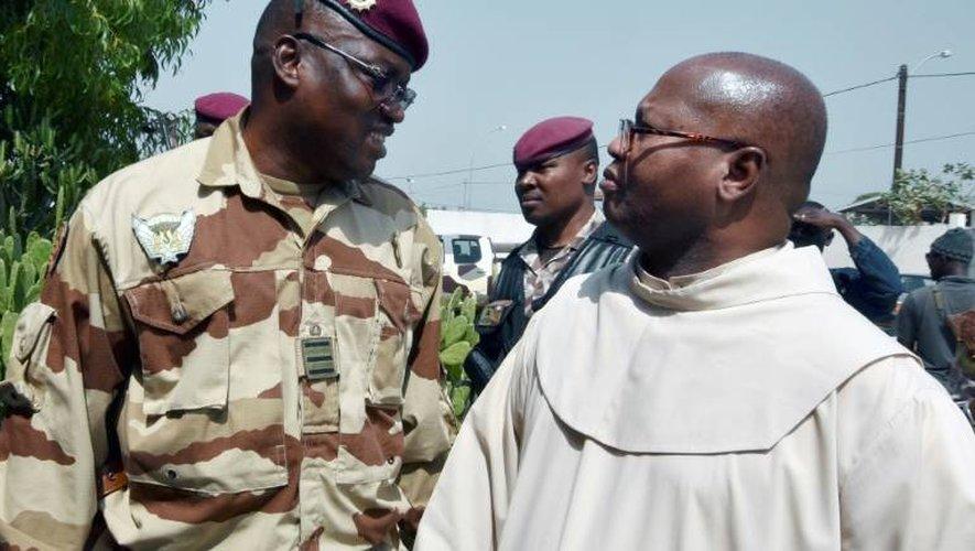 Le commandant Wattao (g) et l'archevêque de Bouaké, Mgr Paul-Siméon Ahouan, le 7 janvier 2017 devant la résidence du sous-préfet