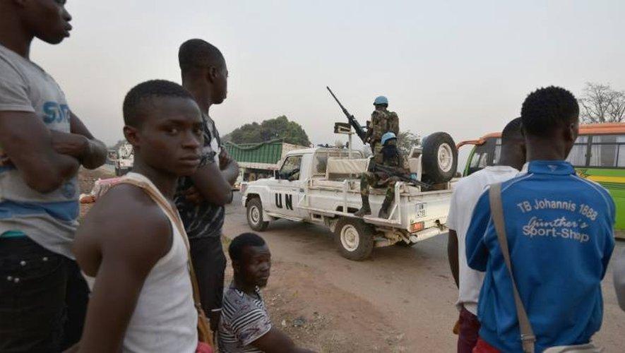 Des habitants regardent passer un convoi de Casques bleus, le 6 janvier 2017 à Bouaké