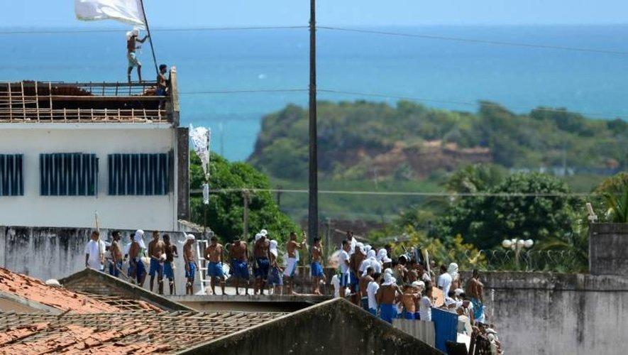 Un groupe de prisonniers déployant des drapeaux sur le toit délabré du plus grand centre pénitencier de l'État de Rio Grande do Norte, le 16 janvier 2017.