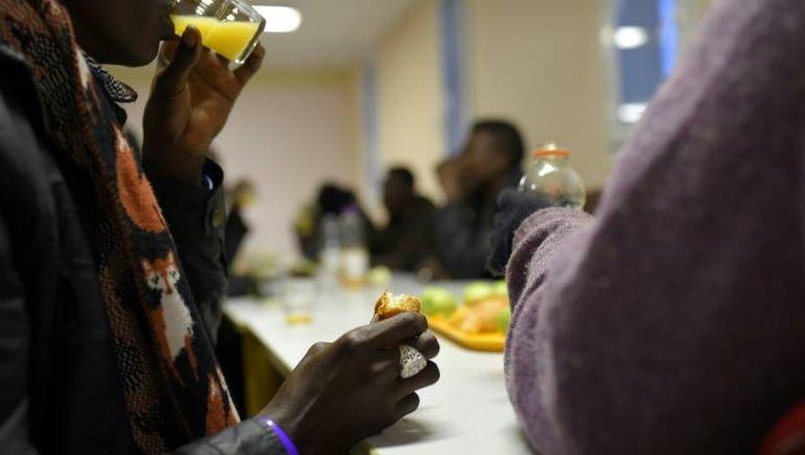 Des migrants mineurs de Calais arrivent dans un centre d'hébergement de Cerdon, près d'Orléans, dans le centre de la France le 2 novembre 2016