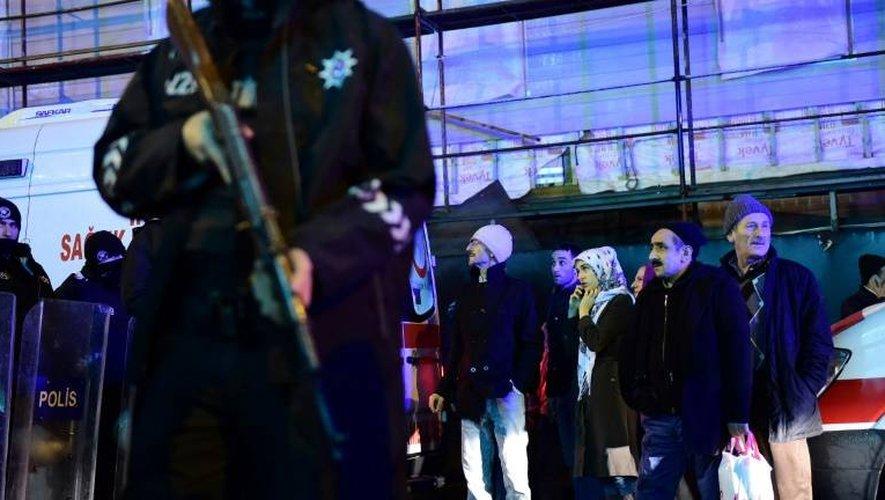 Un policier turc à proximité de la discothèque frappée par un attentat, le 1er janvier 2017 à Istanbul