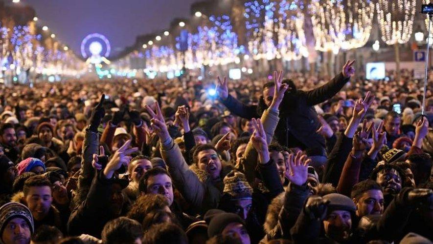 Touristes et badauds sur les Champs-Elysées pour fêter le Nouvel An, le 31 décembre 2016 à Paris