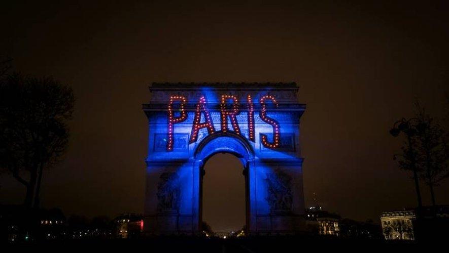 """Le mot """"Paris"""" est écrit sur l'Arc de Triomphe à Paris le 1 er janvier 2017"""