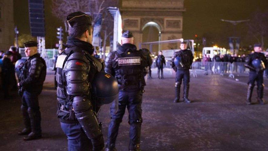 Des policiers déployés sur les Champs Elysées le 31 décembre 2015 à Paris