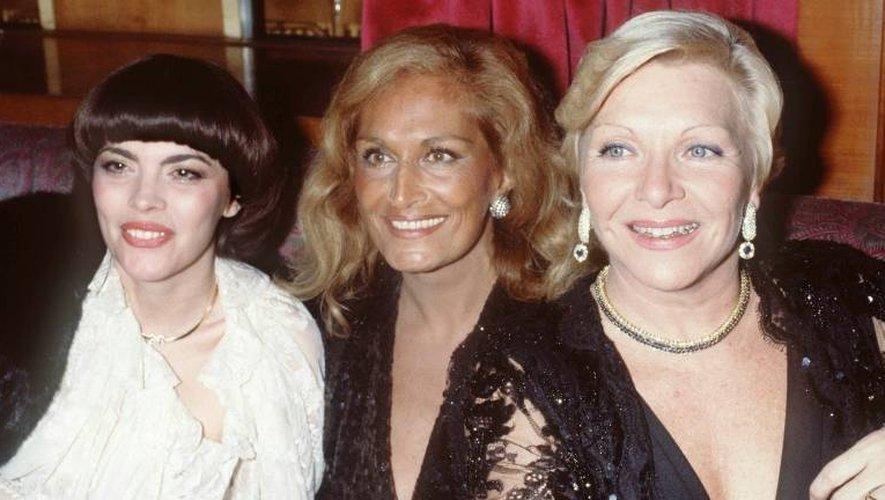 Les chanteuses Mireille Mathieu, Dalida et Line Renaud posent à Paris en décembre 1982 après le spectacle de Tino Rossi au Casino de Paris