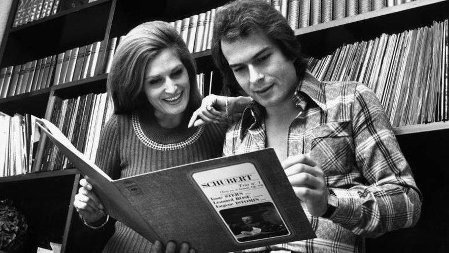 Dalida, chanteuse de variété, et son compagnon Richard Chamfray consultent en 1976 à Paris, un disque de Schubert
