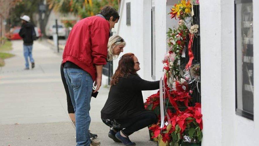 Des anonymes déposent des fleurs devant l'église méthodiste où Dylann Roof a ouvert le feu, le 4 janvier 2017 à Charleston en Caroline