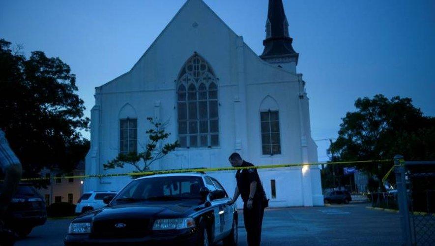 La police monte la garde, le 20 juin 2015, devant l'Emanuel African Methodist Episcopal Church à Chaleston en Caroline du Sud où a été perpétré le massacre