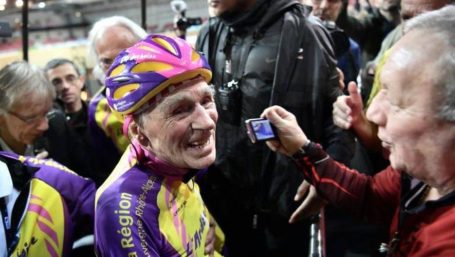 Robert Marchand après avoir parcouru 22,547 km en une heure le 4 janvier 2017 sur vélodrome national de Saint-Quentin-en-Yvelines