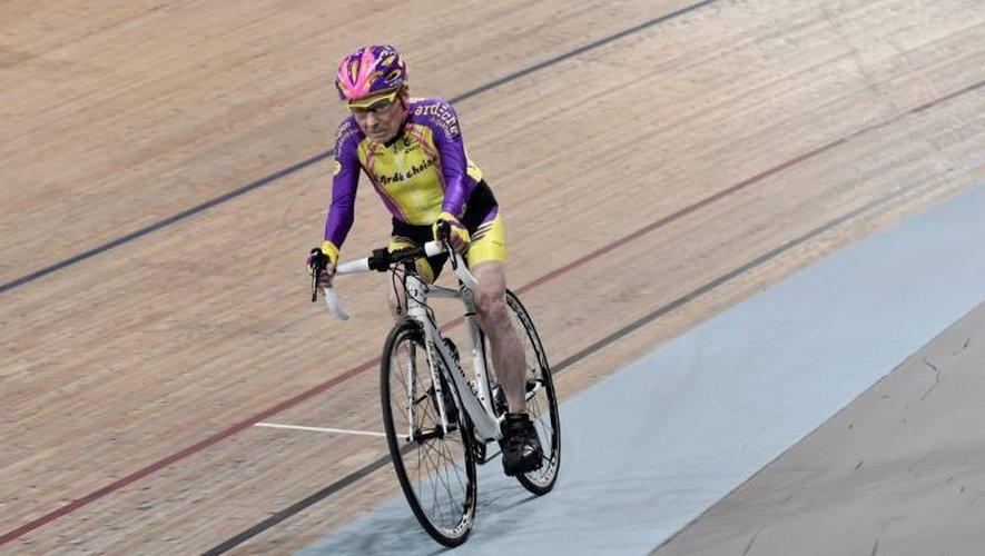 Robert Marchand, 105 ans, lancé vers le record de l'heure sur la piste du vélodrome de Saint-Quentin-en-Yvelines, le 4 janvier 2017