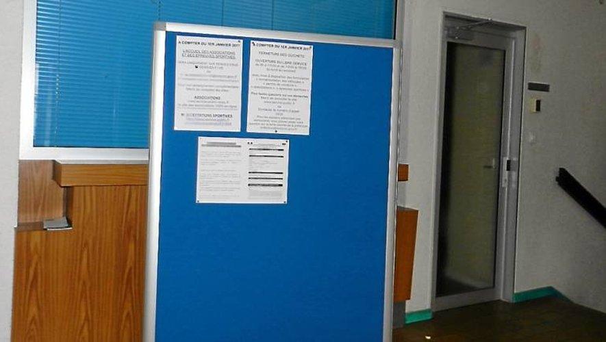Dans le hall de la sous-préfecture, des affiches indiquent aux usagers les démarches à suivre désormais.