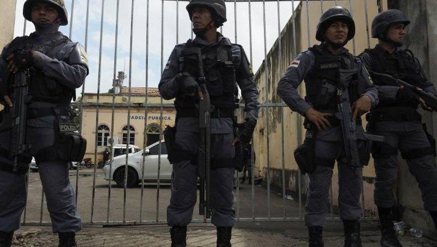 Des policiers devant la prison Desembargador Raimundo Vidal Pessoa à Manaus (nord du Brésil), le 8 janvier 2017