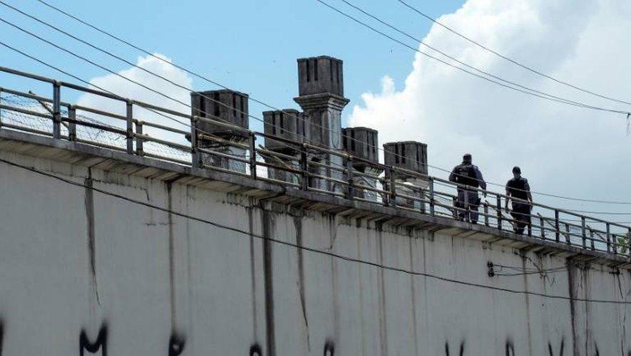 Deux policiers dans l'enceinte de la prison Desembargador Raimundo Vidal Pessoa à Manaus (nord du Brésil), le 8 janvier 2017