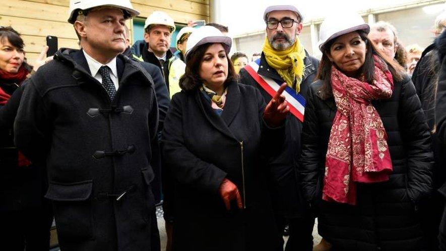 Le ministre français de l'Intérieur Bruno Le Roux (g), la ministre du Logement Emmenuelle Cosse et la maire de Paris Anne Hidalgo inaugurent un nouveau centre d'accueil pour migrants à Ivry-sur-Seine, près de Paris, le 16 janvier 2017