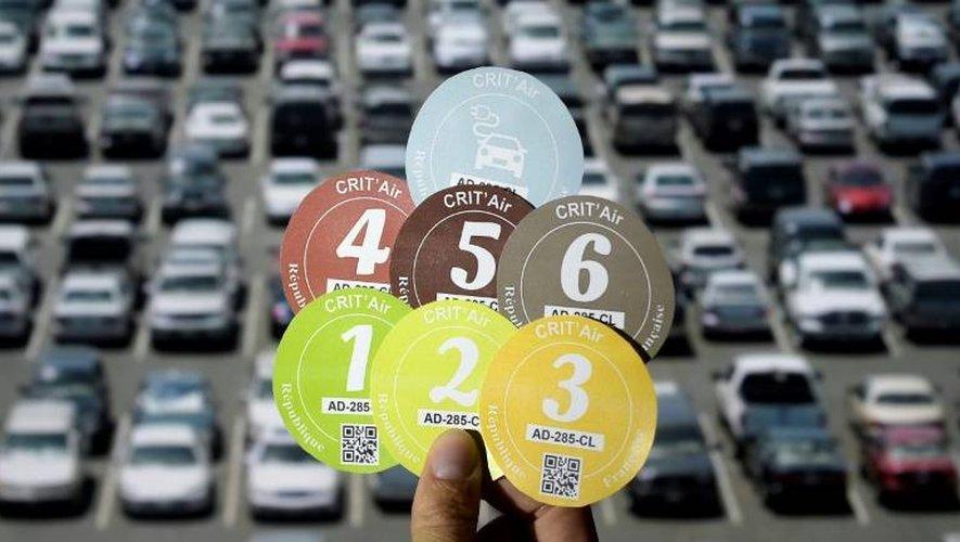 """Les vignettes """"Crit'Air"""" anti-pollution sont obligatoires dès ce lundi pour circuler en voiture, camion ou moto à Paris"""