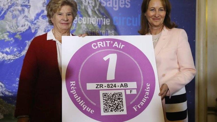 """La ministre de l'Environnement, Ségolène Royal (d), présente la vignette """"Crit'Air"""", le 5 janvier 2017 à Paris"""