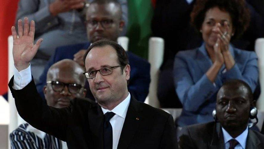 Le président François Hollande salue l'assistance après un discours lors du 27ème sommet Afrique-France le 14 janvier 2017 à Bamako