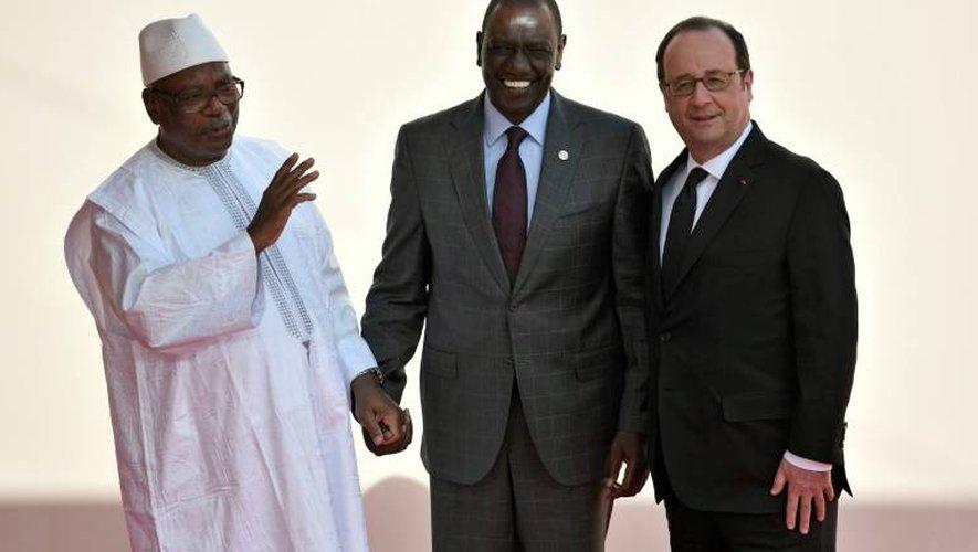 (De G à D) Le président du Mali Ibrahim Boubacar Keita, le vice-président kenyan William Ruto et le président français François Hollande à Bamako le 14 janvier 2017