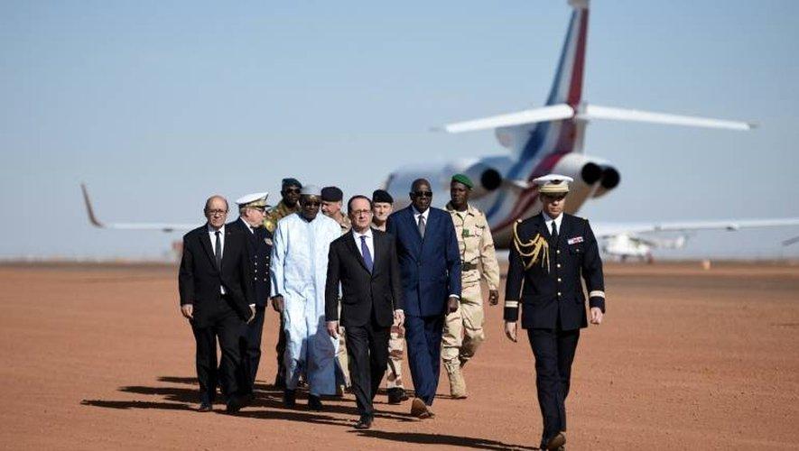 François Hollande (C), le Premier ministre malien Modibo Keita (3e D), le ministre français de la Défense Jean-Yves Le Drian (G), le 13 janvier 2017 lors de la visite aux troupes de l'opération antiterroriste Barkhane à Gao, dans le nord du Mali