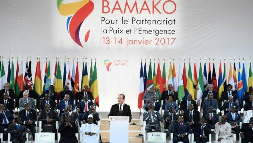Le président François Hollande prend la parole lors du 27e sommet Afrique-France à Bamako, le 14 janvier 2017