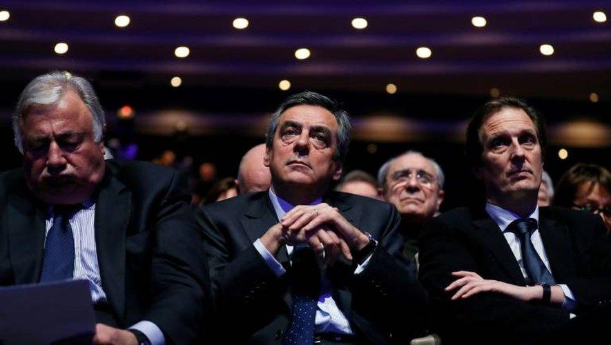 François Fillon (C) entre deux proches, Jérôme Chartier (D) et Gérard Larcher, lors de son investiture officielle lors du conseil national des Républicains, le 14 janvier 2017, à Paris.