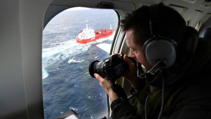 Un militaire de la marine nationale surveille le trafic maritime pour identifier les navires se dirigeant vers la côte française lors d'un vol au dessus de la Méditerranée à bord d'un Falcon 50, le 10 janvier 2017