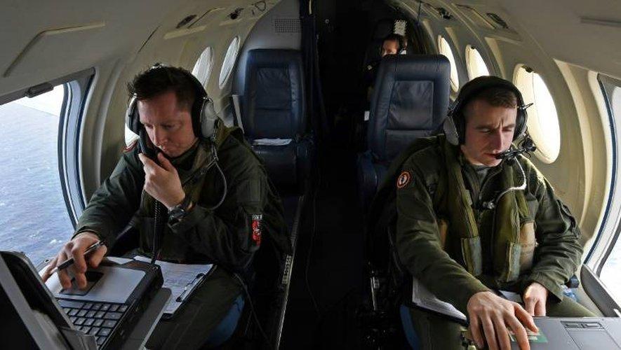 Des techniciens de la marine nationale surveillent le trafic maritime pour identifier les navires se dirigeant vers la côte française lors d'un vol au dessus de la Méditerranée à bord d'un Falcon 50, le 10 janvier 2017