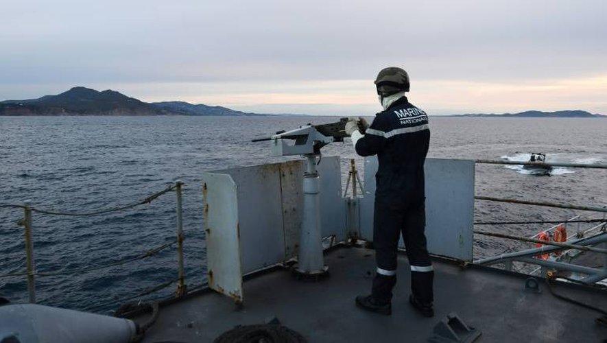 Un soldat de la Marine nationale tient une mitrailleuse lors d'un exercice à bord du Jacoubet, un Aviso équipé de 90 marins, en mission en Méditerranée le 10 janvier 2017