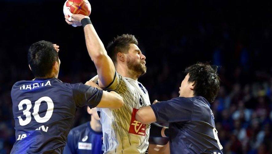 Le Français Luka Karabatic (c) face au Japon lors du Mondial, le 13 janvier 2017 à Nantes