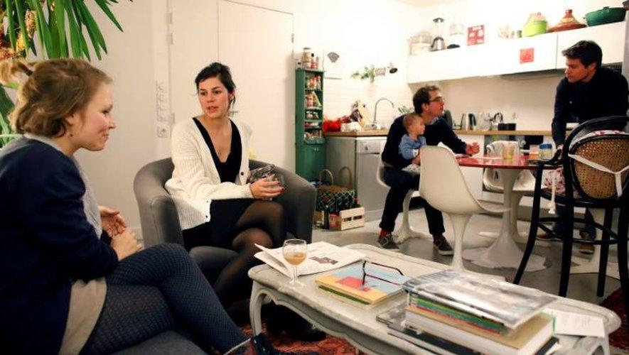 A partir de la gauche: Agathe, Maud, Grégoire et son fils Jasmin, et Emmanuel, le 5 janvier 2017. Les deux couples vivent en coloc dans le XIe arrondissement à Paris