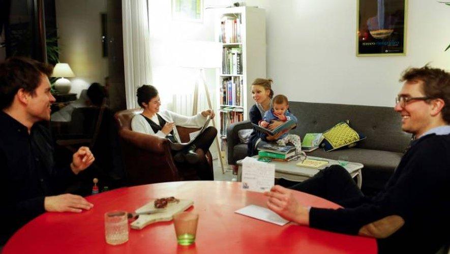 A partir de la gauche: Emmanuel, Maud, Agathe et Jasmin (le fils de Grégoire et Maud), et Grégoire, le 5 janvier 2017. Les deux couples vivent en coloc dans le XIe arrondissement à Paris