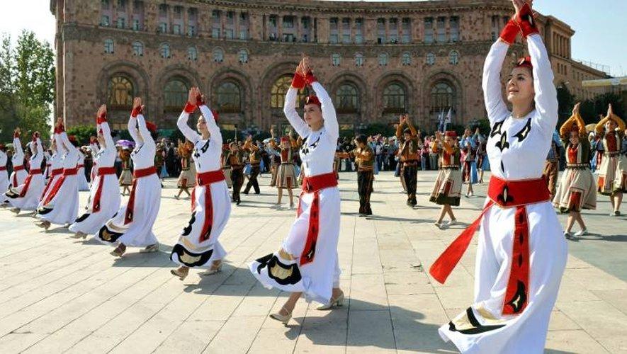Des Arméniennes dansent à Erevan dans la cadre de célébrations officielles le 12 octobre 2014