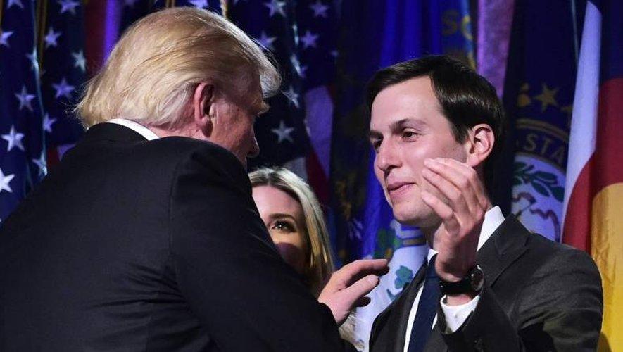 Le président élu Donald Trump avec son gendre Jared Kushner (R) lors d'une soirée électorale , le 9 novembre 2016 à New York