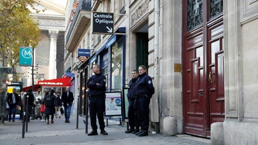 Des policiers devant le domicile de Kim Kardashian le 3 octobre 2016 près de la Madeleine à Paris