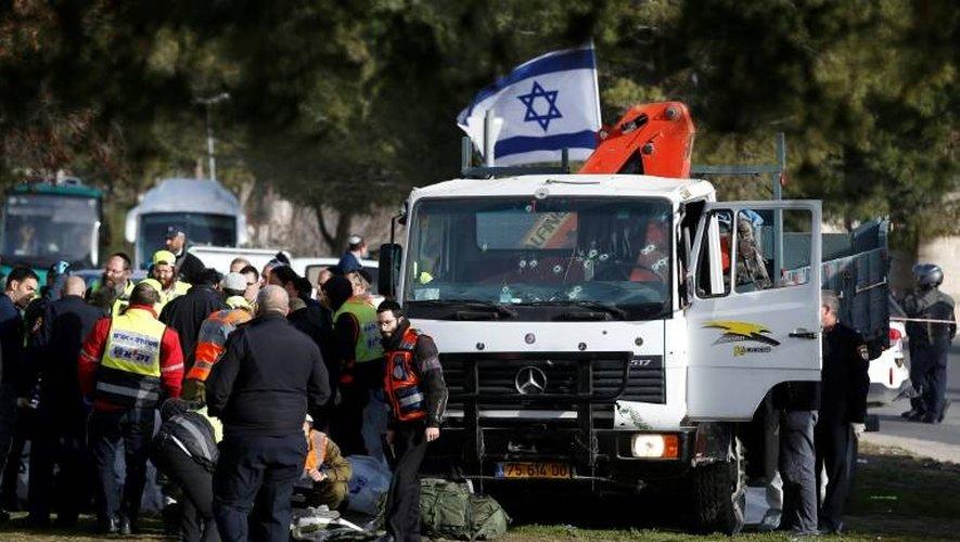 Des forces de sécurité israéliennes sur le site d'une attaque au camion-bélier à Jérusalem, le 8 janvier 2017