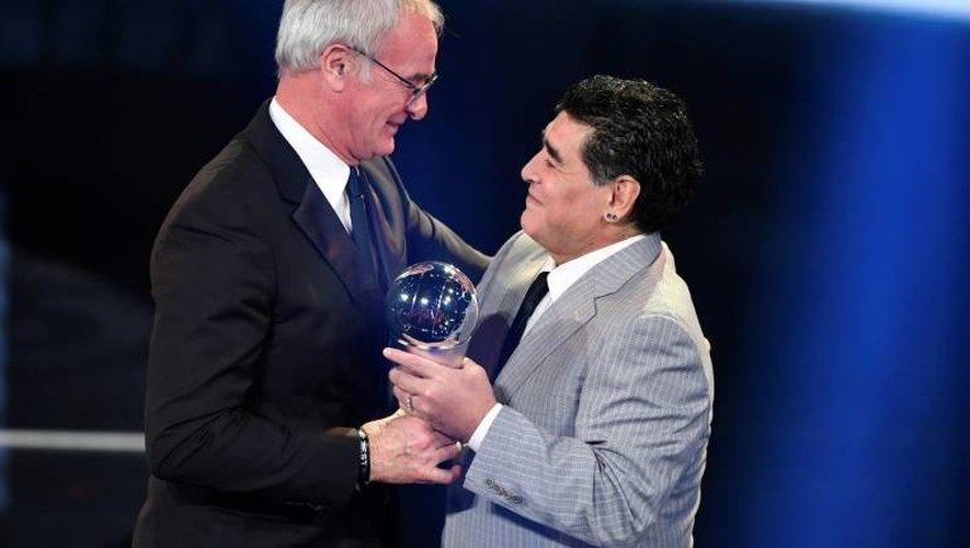 Claudio Ranieri reçoit son Prix Fifa d'entraîneur de l'année 2016 des mains de Diego Maradona, le 9 janvier 2017 à Zurich