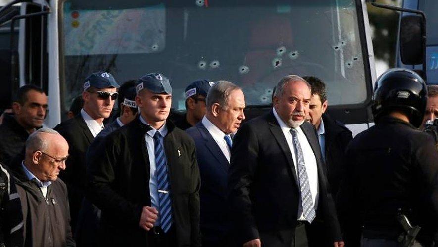 Le Premier ministre israélien Benjamin Netanyahu sur le site d'une attaque au camion, le 8 janvier 2017 à Jérusalem