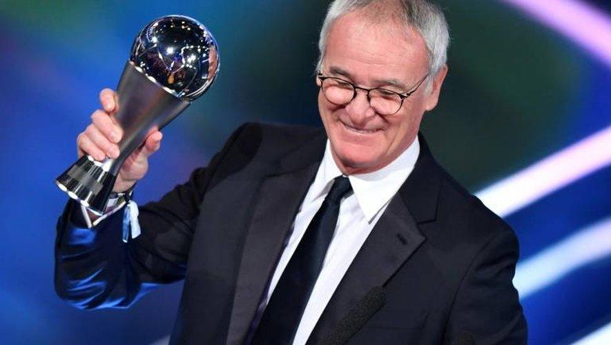 Claudio Ranieri, sacré champion d'Angleterre avec Leicester, avec son trophée de meilleur entraîneur de l'année 2016, le 9 janvier 2017 à Zurich à la cérémonie des Prix Fifa