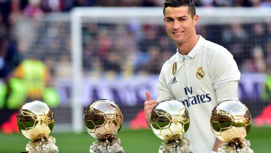Cristiano Ronaldo avec ses quatre Ballons d'Or, le 7 janvier 2017 au stade Bernabeu avant le match Real Madrid - Grenade