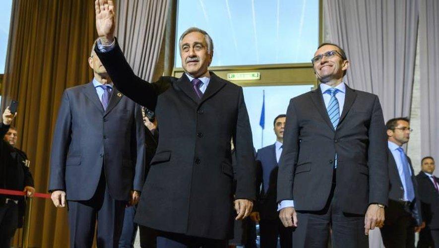 Le dirigeant chypriote turc Mustafa Akinci (c) et le Conseiller spécial du secrétaire général de l'ONU pour Chypre, Espen Barth Eide, lors de son arrivée à Genève, le 9 janvier 2017