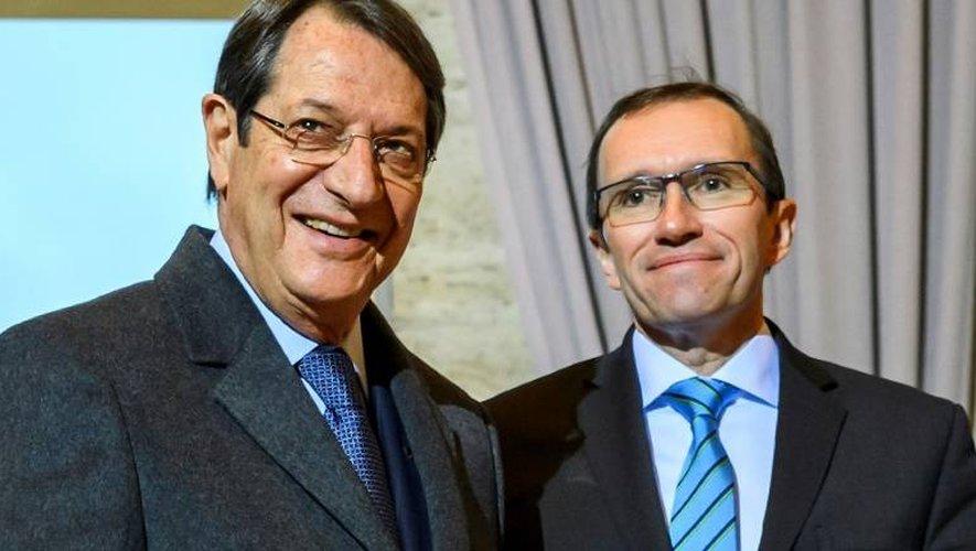 Le dirigeant chypriote grec Nicos Anastasiades (g) et le Conseiller spécial du secrétaire général de l'ONU pour Chypre, Espen Barth Eide, lors de son arrivée à Genève, le 9 janvier 2017