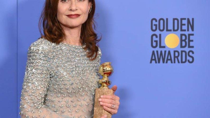 Isabelle Huppert avec le Golden Globe de la meilleure actrice le 8 janvier 2017 à Los Angeles