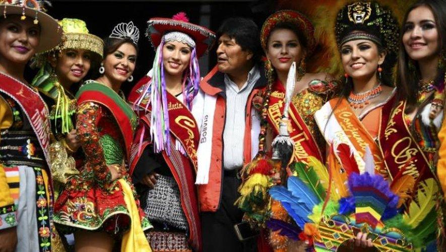 Le président bolivien Evo Morales pose avec des femmes sur le podium du Dakar, le 6 janvier 2017 à Oruro