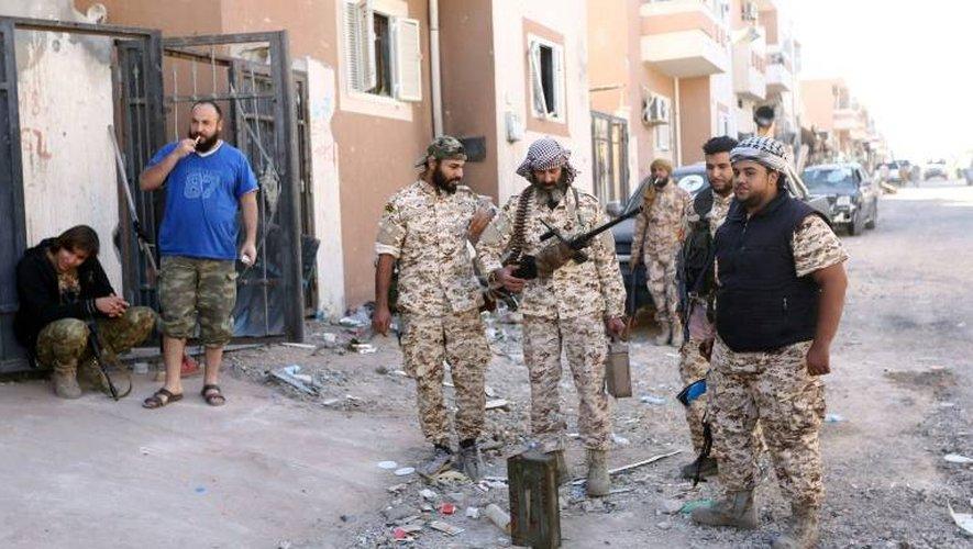 Des membres des forces loyales au GNA patrouillent dans les rues de Syrte pour chasser les jihadistes, le 20 novembre 2016