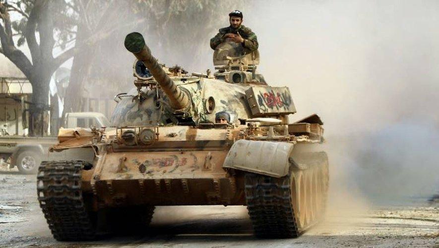 Des soldats de l'Armée nationale libyenne conduisent un char dans la localité de quartier de Qawarsha, (Benghazi), le 18 novembre 2016