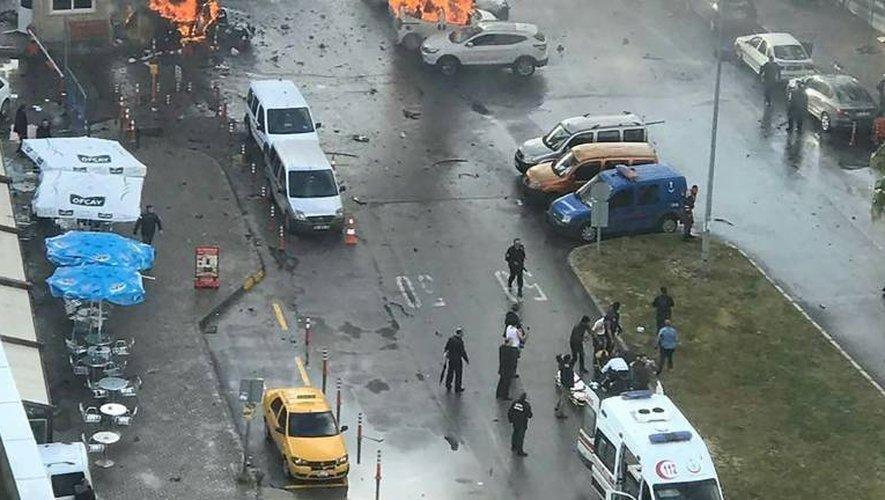 Voitures en flamme sur les lieux de l'explosion de la voiture piégée à Izmir le 5 janvier 2017, près d'un tribunal