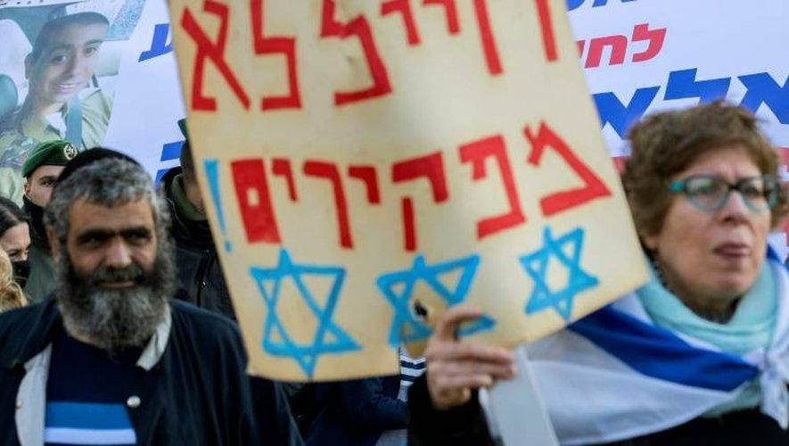 Des manifestants viennent soutenir le soldat israélien Elor Azaria, le 4 janvier 2017 devant le ministère de la Défense à Tel Aviv