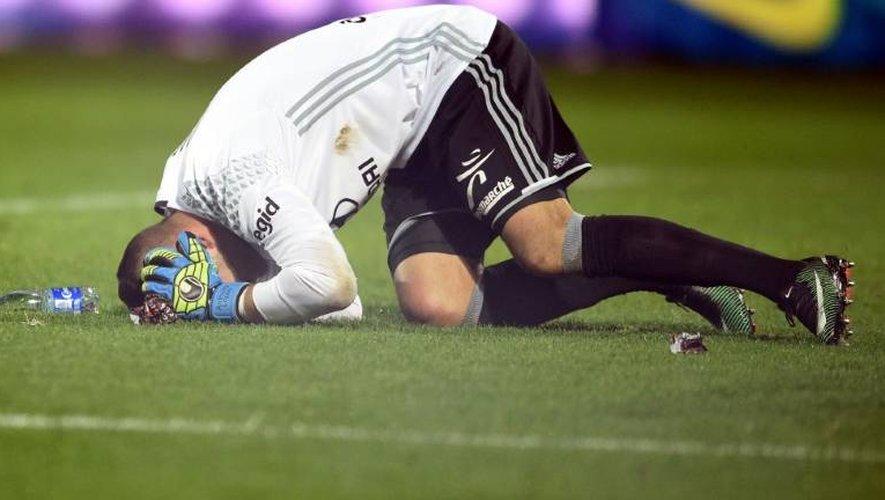 Le gardien de Lyon Anthony Lopes, touché par un pétard au stade Saint-Symphorien, le 3 décembre 2016